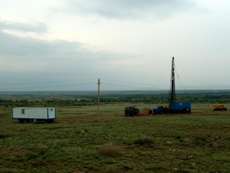 20130519. Вид на передвижную станцию буровиков, неподалеку от села Корам.