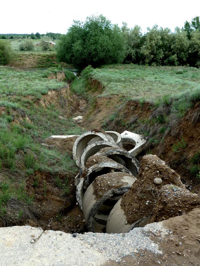 20130520. Размытый обычным ручьём участок дороги у села Малыбай.