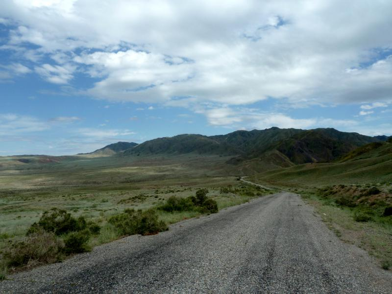 20130520. Участок объездной дороги перед горами Согетай.