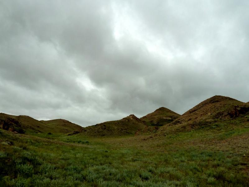 """20130521. Вид в непогоду из """"окна"""" палатки во время стоянки в горах Торайгыр."""