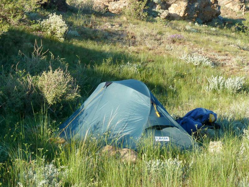 """Палатка """"Bask Clif"""" в естественной среде обитания - в горном ущелье (2013)."""