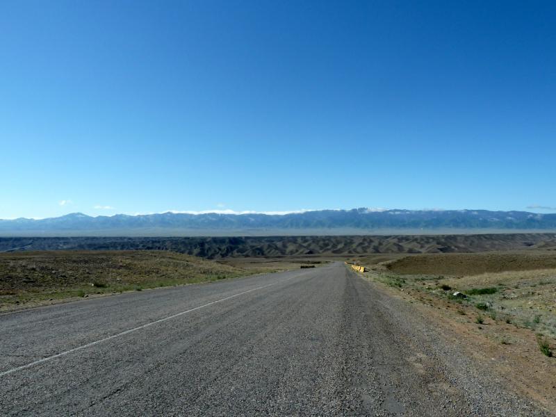 20130522. Спуск дороги A-351 к каньону реки Чарын.