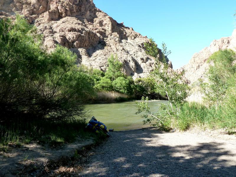 20130522. На берегу реки Чарын, в бартогайском каньоне.
