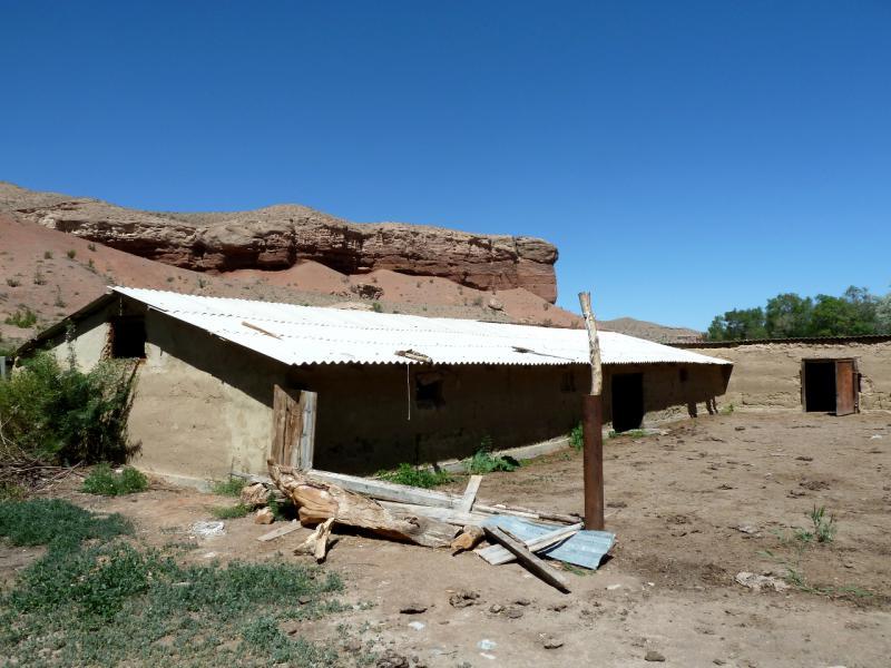 20130523. Заброшенные постройки фермы у реки.