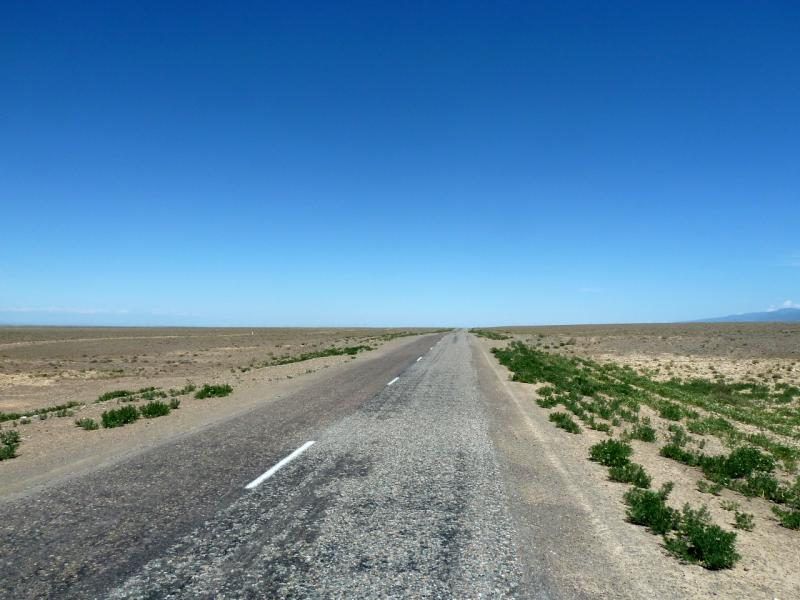 20130523. Дорога на Чунджу, плоскогорьем между рекой Чарын и хребтом Кетмень.
