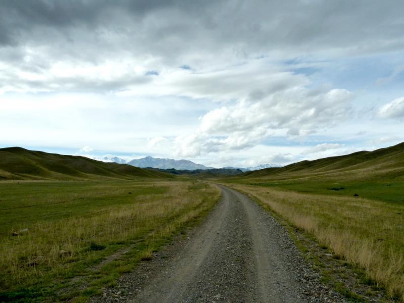 20130525. Дорога долиной между гор Ортатау и Койтас.