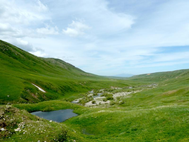 20130527. Спуск в ущелье-долину речки Кескентерек.