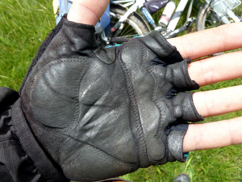 20130527. Залоснившиеся на тяжёлом участке дороги перчатки.