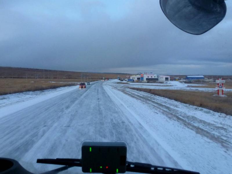 20191010. Над Читой прошёл снег с дождём и сразу ударил мороз, покрывший дорогу скользкой коркой.