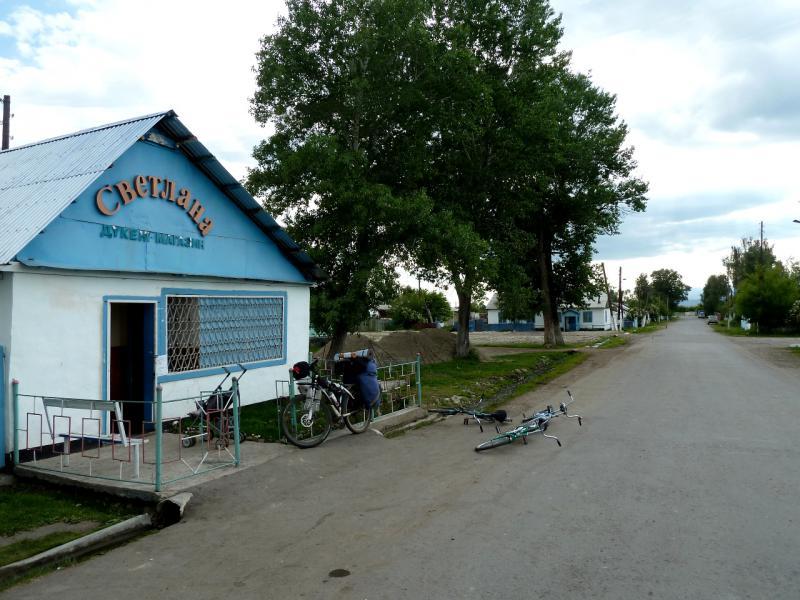 20130527. У лучшего магазина в селе Шубар.