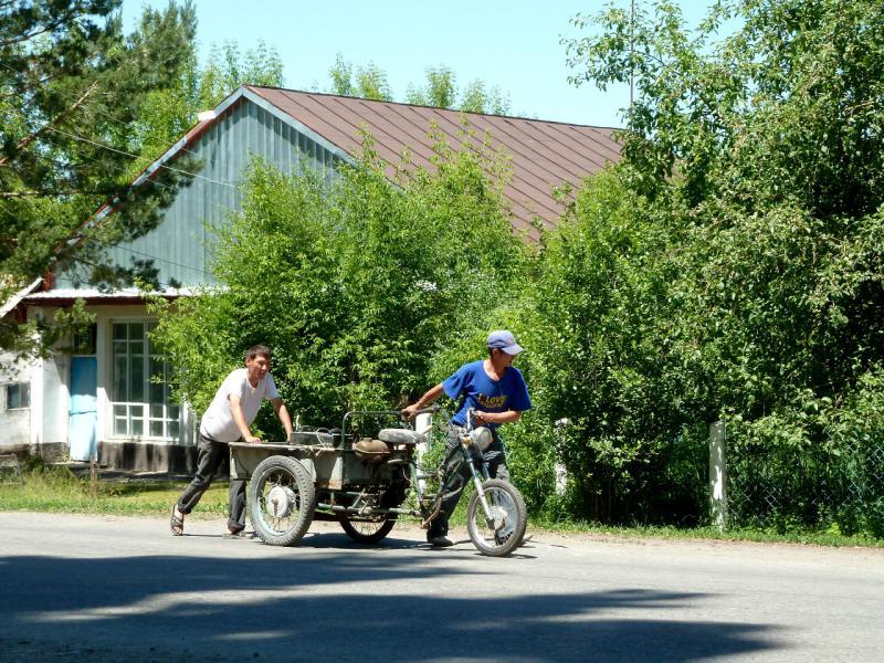 20130528. В селе Абай, местные жители с широко распространённым в этих местах транспортным средством.