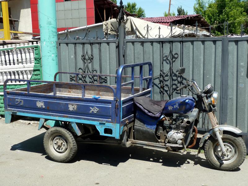20130528. Такие трёхколёсные мотороллеры рядом с Китаем очень распространены.