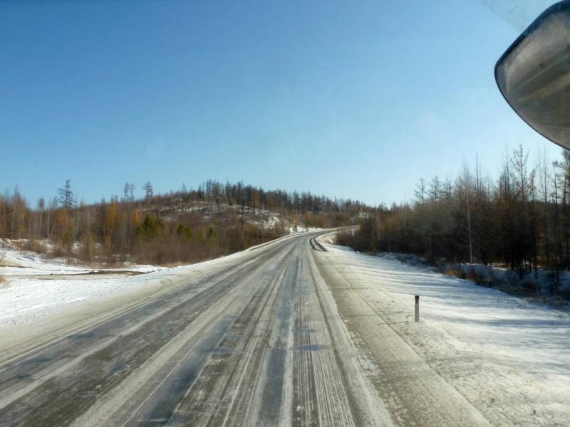 20191011. Периодически встречаются участки дороги, по которым прошла полоса снегопада.