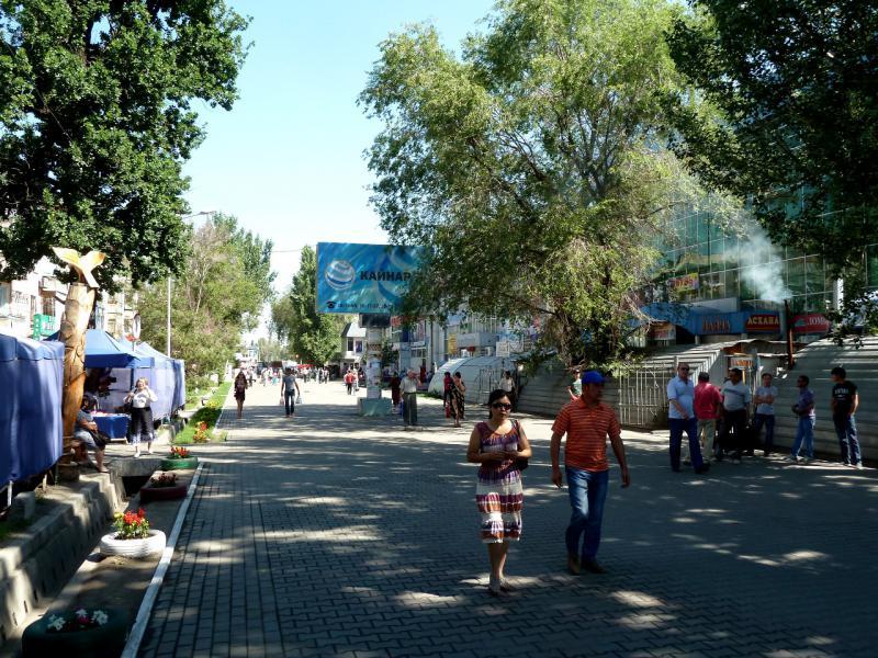 """20130529. На центральной пешеходной улице Талдыкоргана, местном """"арбате""""."""