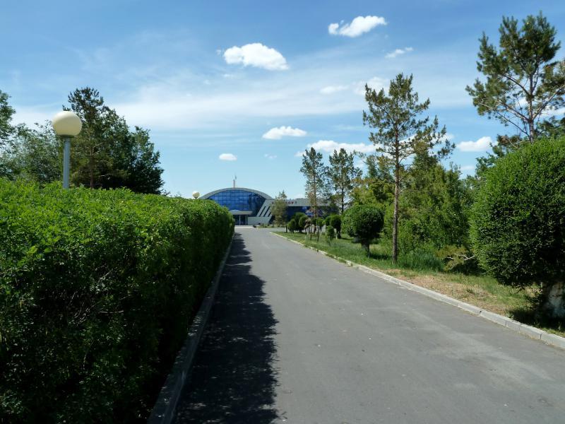20130529. Вид с аллеи на здание аэропорта Талдыкоргана.