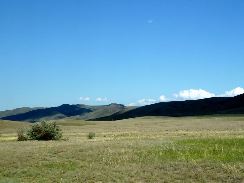 20130529. Пустынный придорожный пейзаж, в районе села Кызылагаш.
