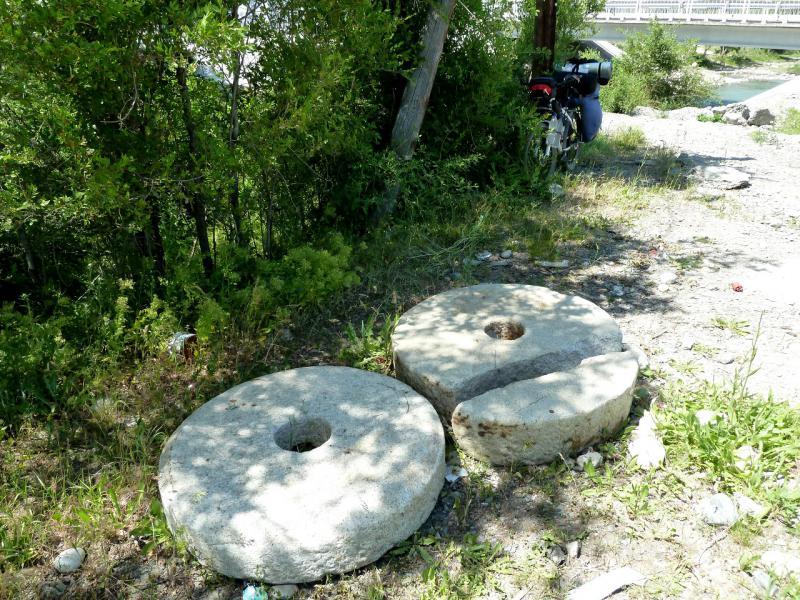 20130530. Старые жернова на берегу речки Сарканд.