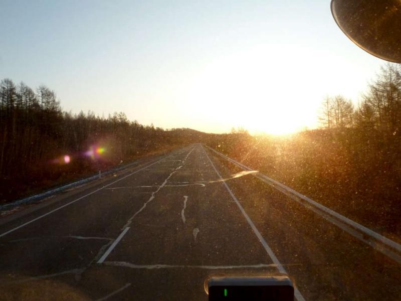 20191012. Утро на автодороге, извивающейся вдоль Транссибирской железнодорожной магистрали.