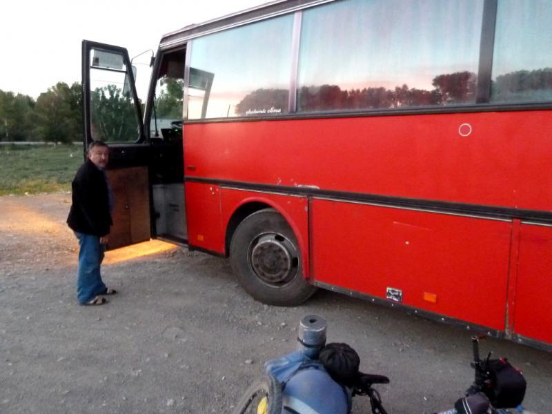 20130531. Высадка из автобуса на вокзале Георгиевки.