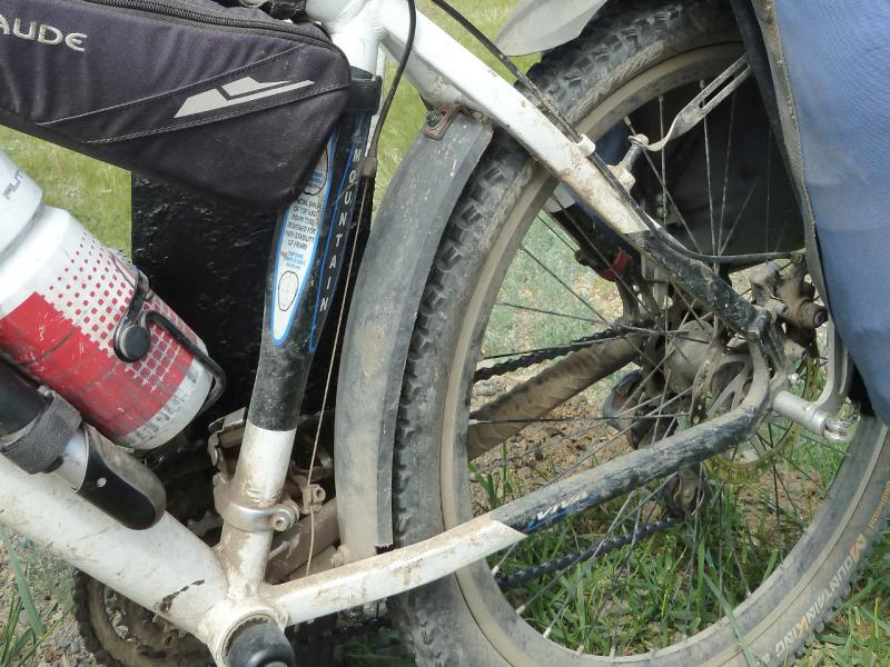 """Пример расположения защитного щитка между верхними и нижними задними перьями рамы у заднего колеса велосипеда """"Viva Mamba, 2010""""."""
