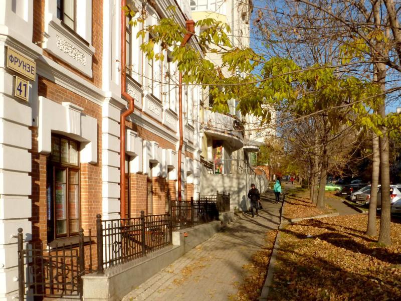 20191014. На одной из красиво освещённых солнцем улиц Хабаровска.