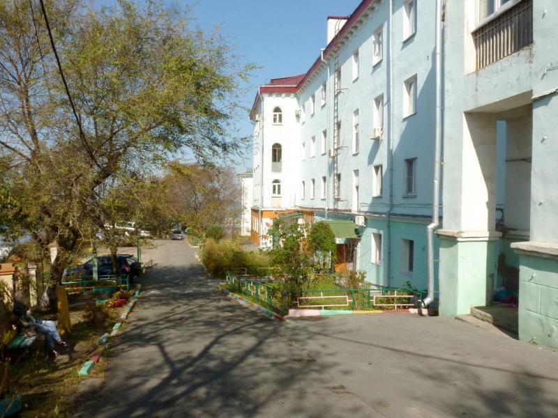 20191016. Владивосток. Во дворе одного из старых жилых домов прямо на берегу залива.