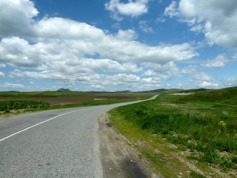 20130605. На дороге между сёлами Новая Хайрузовка и Шириккайын.