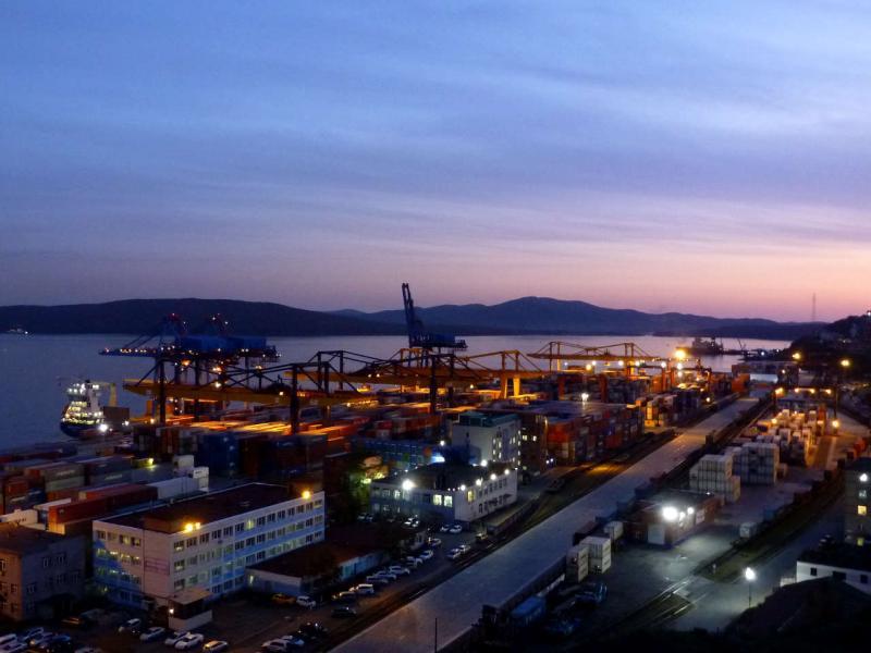20191016. Владивосток. Контейнерный терминал, вечерний вид со склона сопки Крестовая.