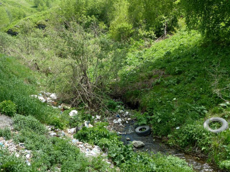 20130606. Загаженные верховья речки Урунхайка.