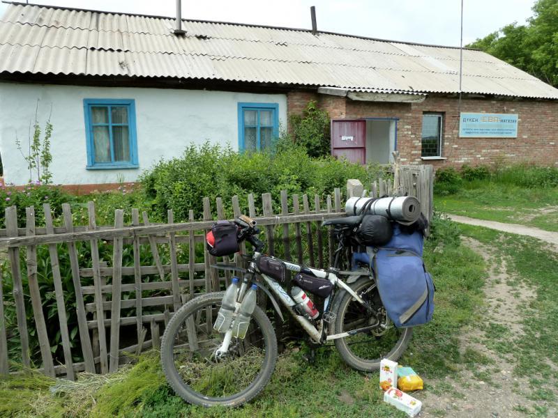 """20130609. У """"магазина"""" села Актобе."""