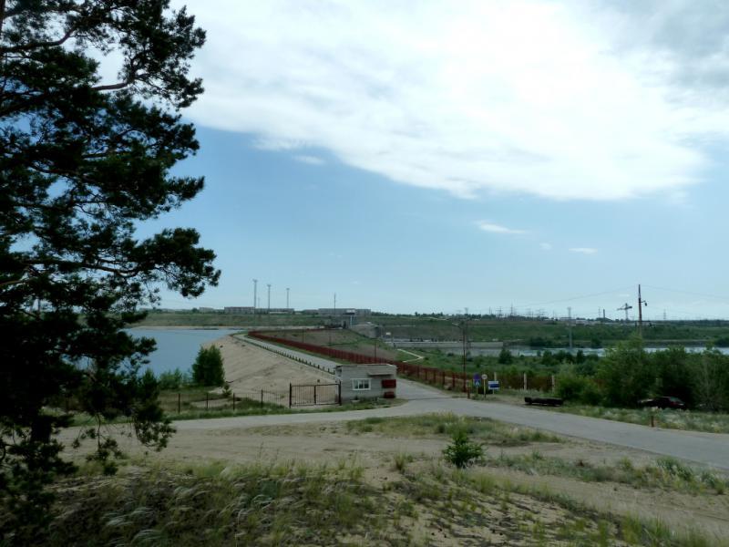 20130610. Вид на плотину Шульбинской ГЭС со стороны соснового бора Жерновского урочища.