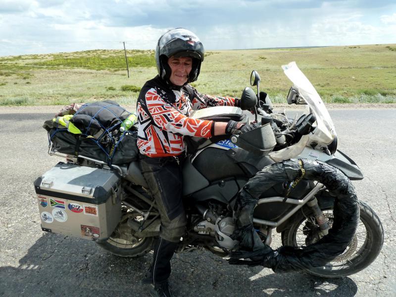 20130611. Чехословацкий мотоциклист-путешественник на дороге перед Семипалатинском.