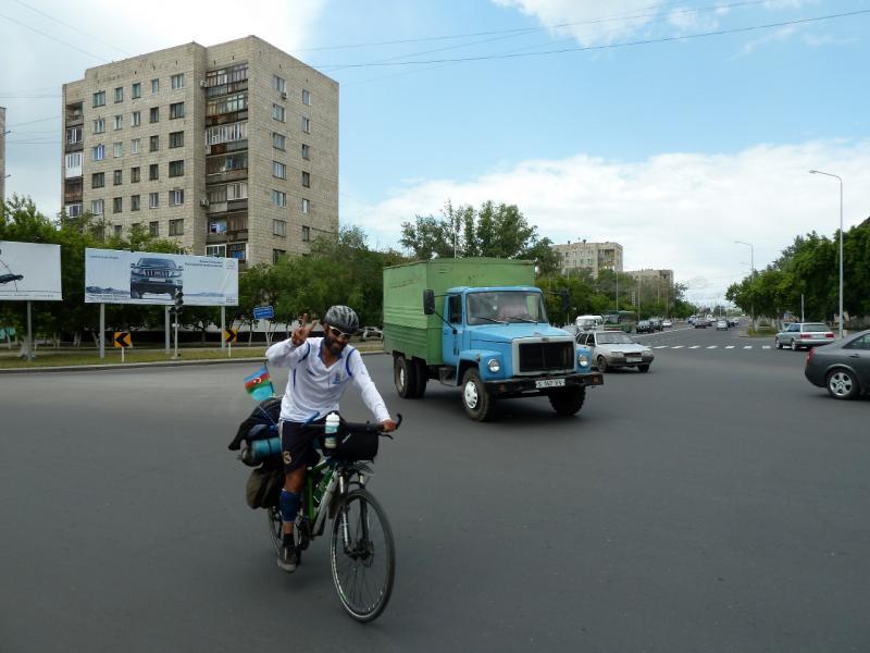 20130612. Рамиль Зиядов в Павлодаре. На перекрёстке площади Конституции.