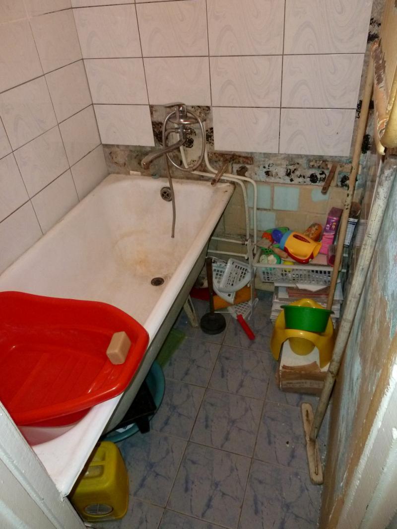 """Временное пристанище на """"химах"""": ванная комната (на полу перманентно лужа от протекающей канализации)."""