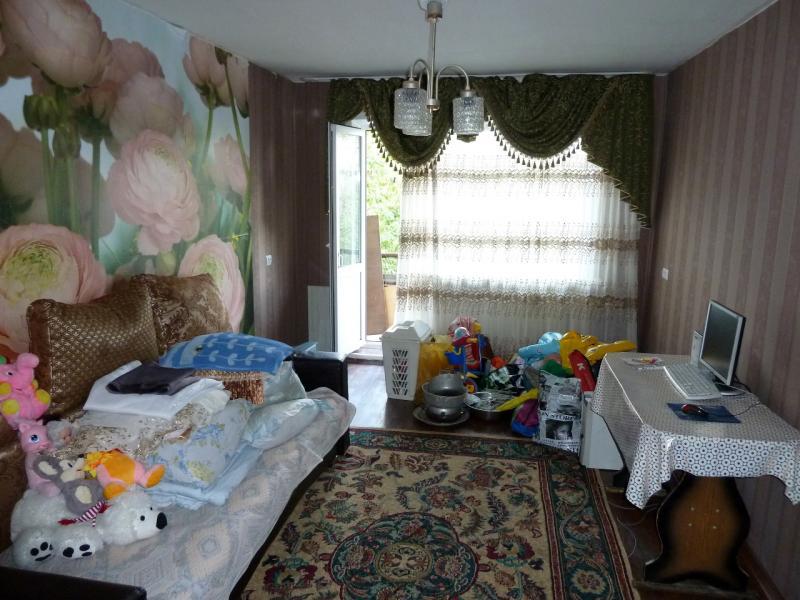 """Временное пристанище на """"химах"""": часть вещей, оставленных владельцами рабросанными по углам сдаваемой в аренду квартире."""