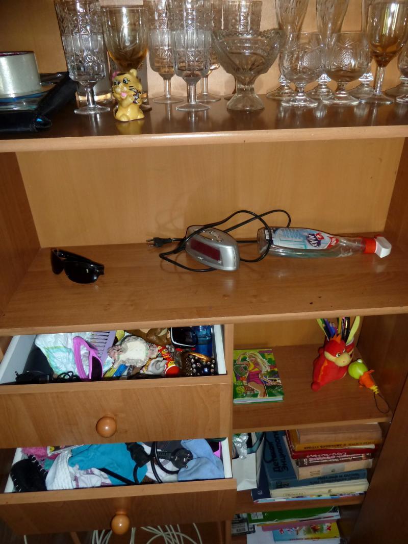 """Временное пристанище на """"химах"""": все полки и ящики всех шкафов забиты вещами владельцев квартиры (от обуви до расчёсок и трусов)."""