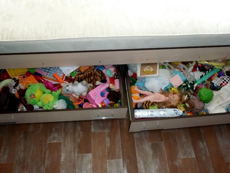 """Временное пристанище на """"химах"""": два мешка сломанных детских игрушек, воняющих дешёвой химией."""