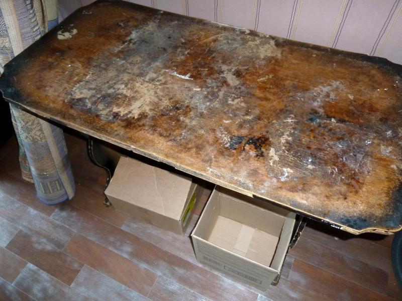 """Временное пристанище на """"химах"""": воняющая грибница стола, за которым вершили дела хозяева сдаваемой в аренду квартиры."""