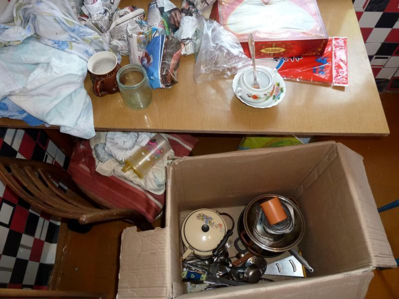 """Временное пристанище на """"химах"""": этап упаковки развалов посуды и столовых приборов, оставленных валяться на кухне владельцами квартиры."""