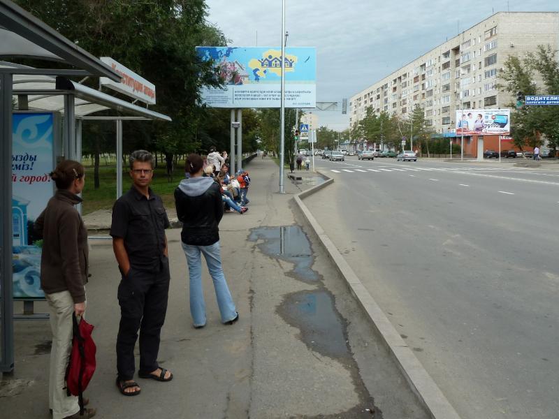 20130825. Lewyllie Gregory and Annelies: в ожидании маршутного автобуса, в Павлодаре (Казахстан).