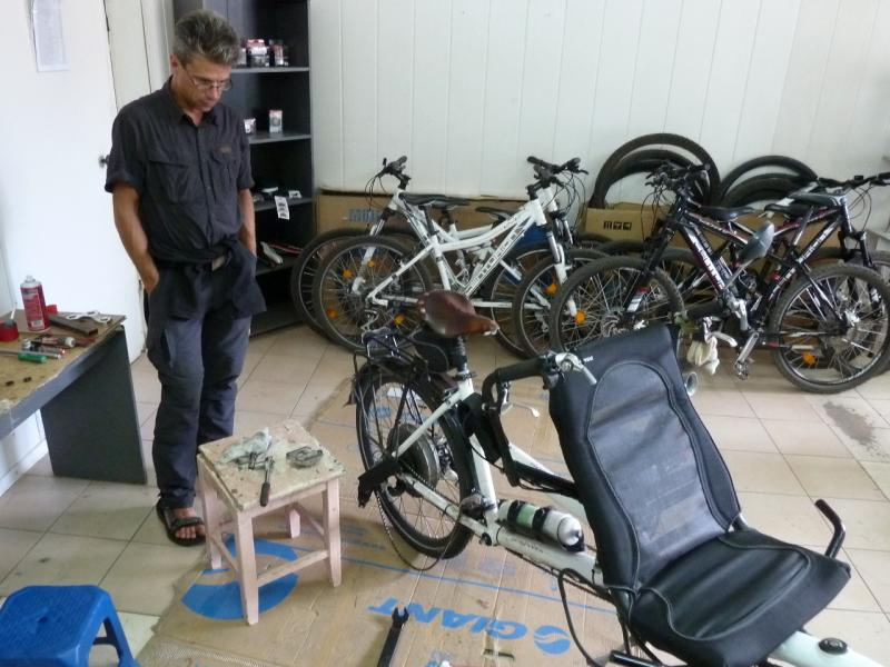 20130825. Lewyllie Gregory: в ожидании запчастей в мастерской пункта проката велосипедов.