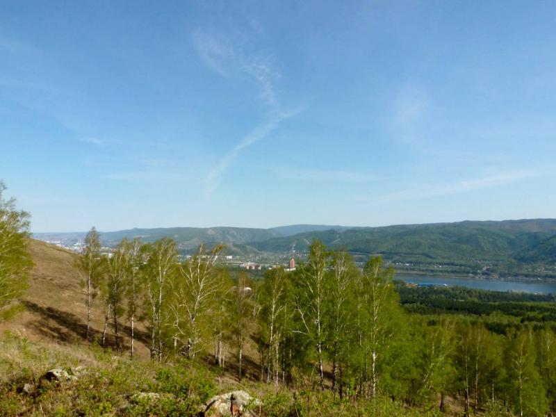 20200503. Красноярск. Вид на лес со скрытым в нём Академгородком, реку Енисей и город вдали.