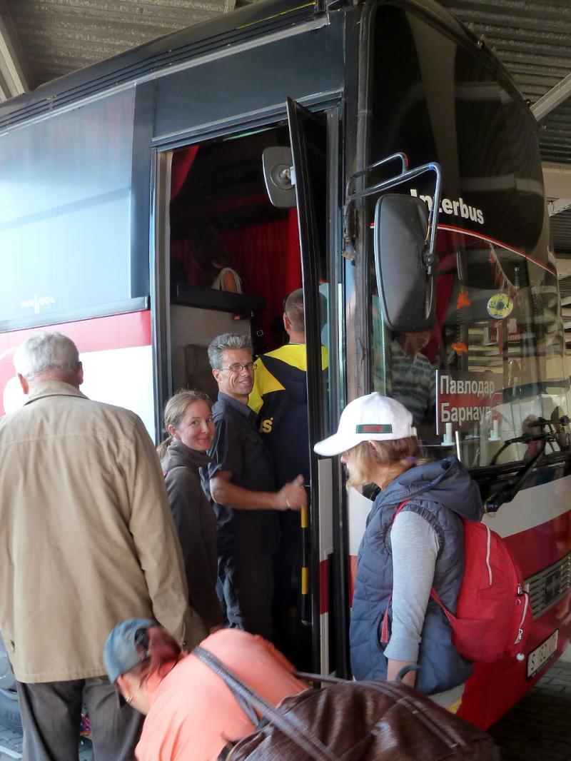 20130825. Lewyllie Gregory and Annelies: за пять минут до отъезда междугороднего автобуса Павлодар-Барнаул.