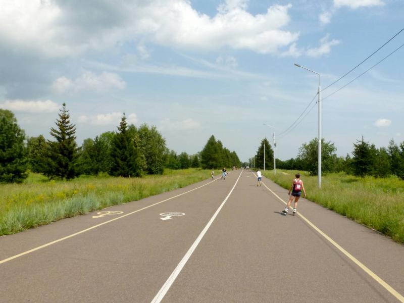 20200628. Красноярск. Кольцевая асфальтированная дорожка для роллеров и велосипедистов, коих много на острове Татышева.