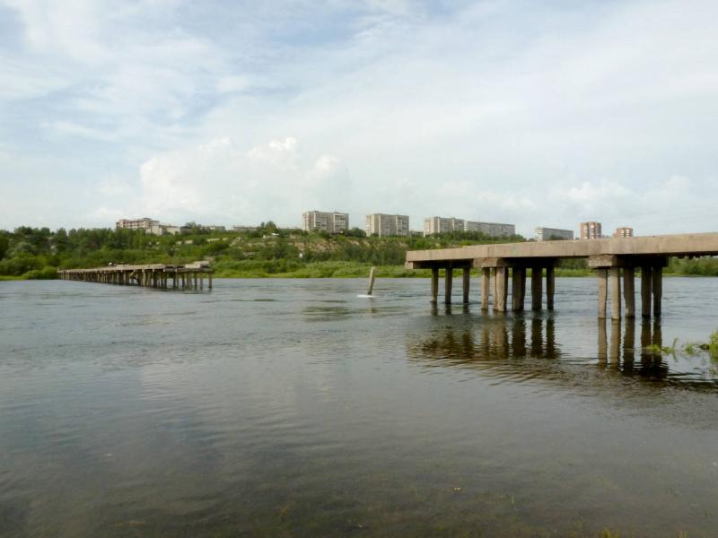 20200628. Красноярск. Старый, разрушенный в 80-х годах, мост с левого берега Енисея на остров Татышев