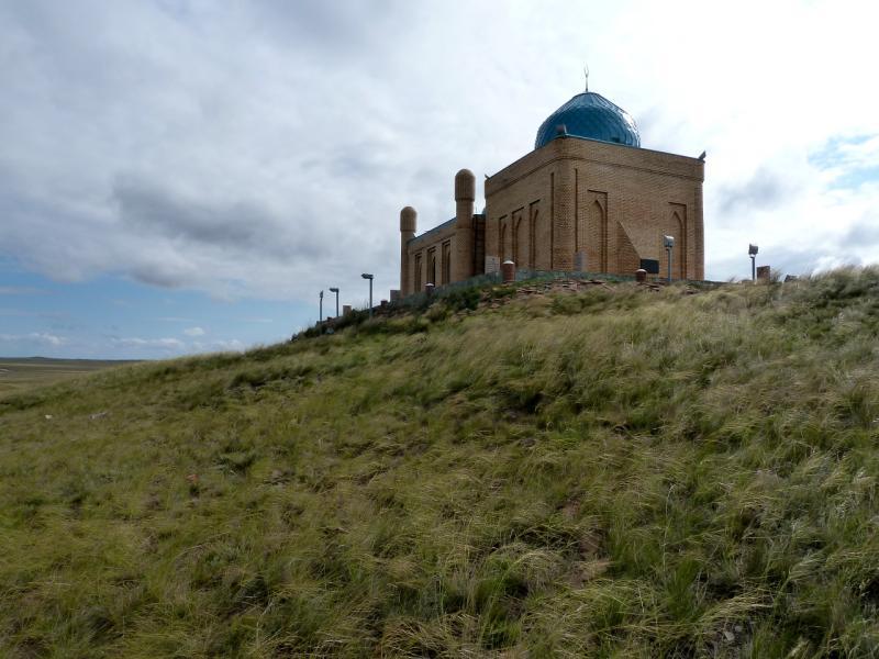 20130910. Вид с запада на мавзолей Машхуржусуп-Копейулы.