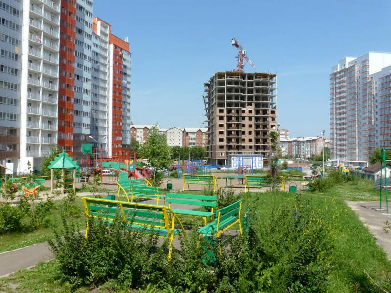20200701. Красноярск. Во дворе новых многоэтажек на пересечении улиц Лесопарковая и Вильского.