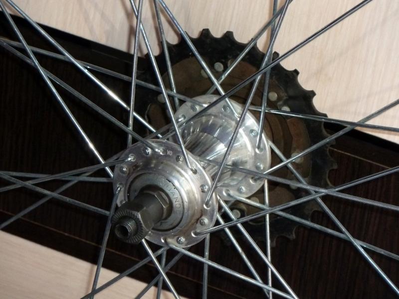 """Заднее колесо велосипеда """"Merida Juliet"""": вид втулки."""