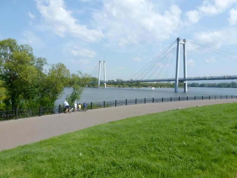 20200701. Красноярск. Вид на пешеходный Виноградовский мост через протоку Татышева.