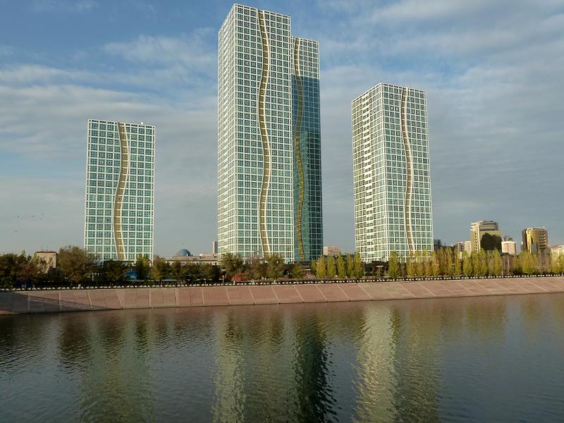 """20131020. Астана: вид с пешеходного моста через искусственно расширенную реку Ишим на дома комплекса """"Гранд Алатау""""."""